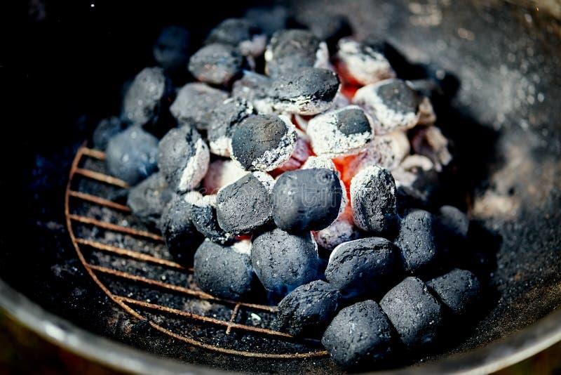 Nahaufnahme der glühenden Kohle im Metallgrill am Sommertag im Garten lizenzfreie stockfotografie