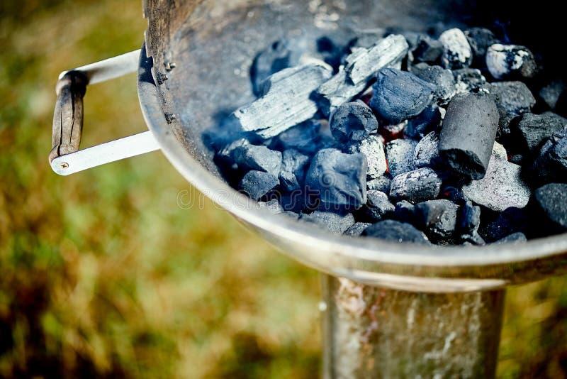 Nahaufnahme der glühenden Kohle im Metallgrill am Sommertag im Garten lizenzfreies stockfoto
