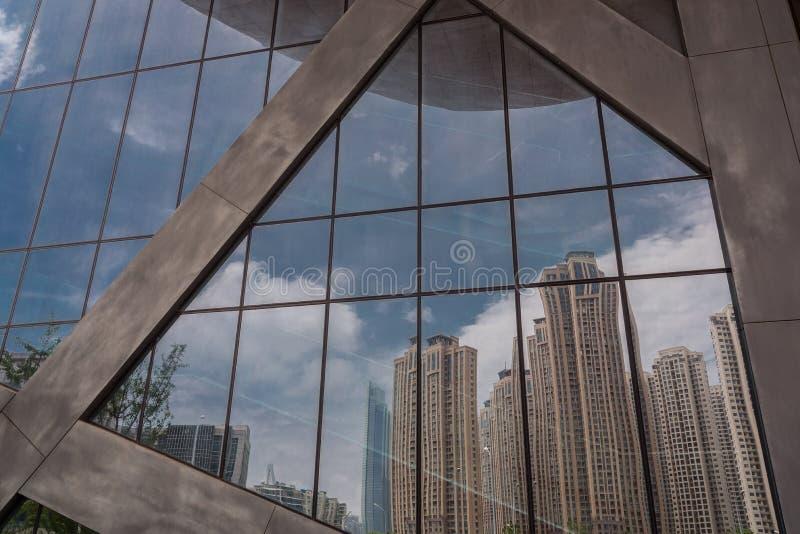 Nahaufnahme der Glaswand außerhalb Gebäude morden stockfoto