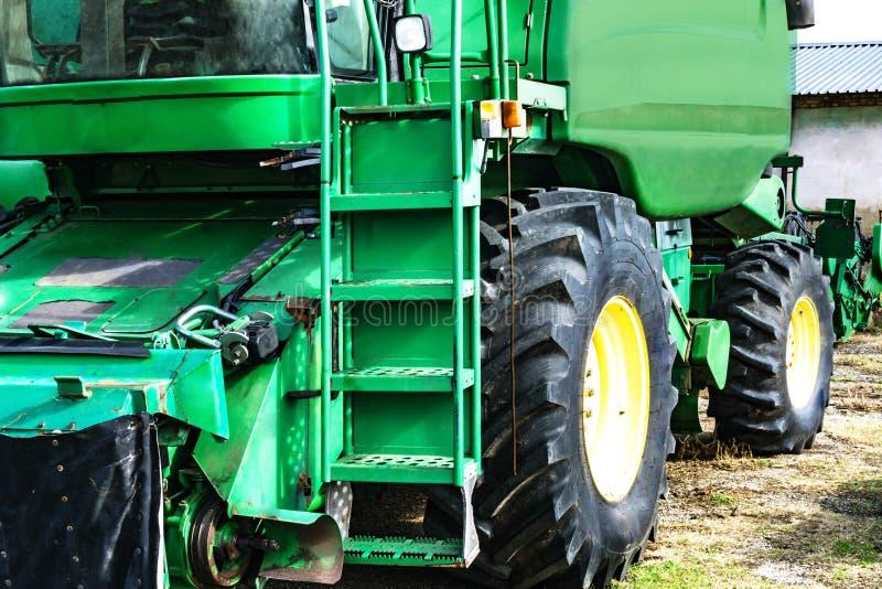 Nahaufnahme der grünen Erntemaschine Park-combain im Frühjahr Captur lizenzfreie stockbilder