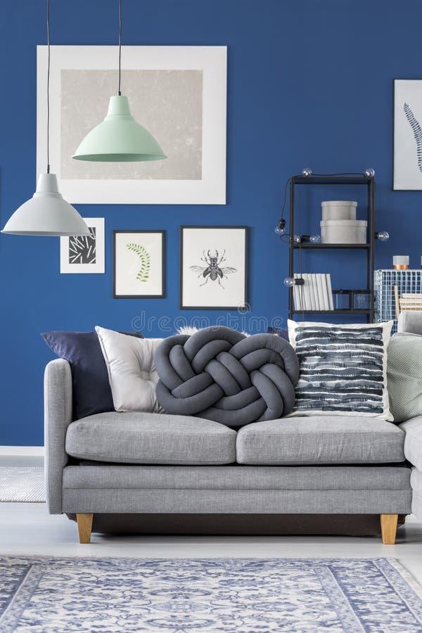 Nahaufnahme der grauen Couch stockfotos
