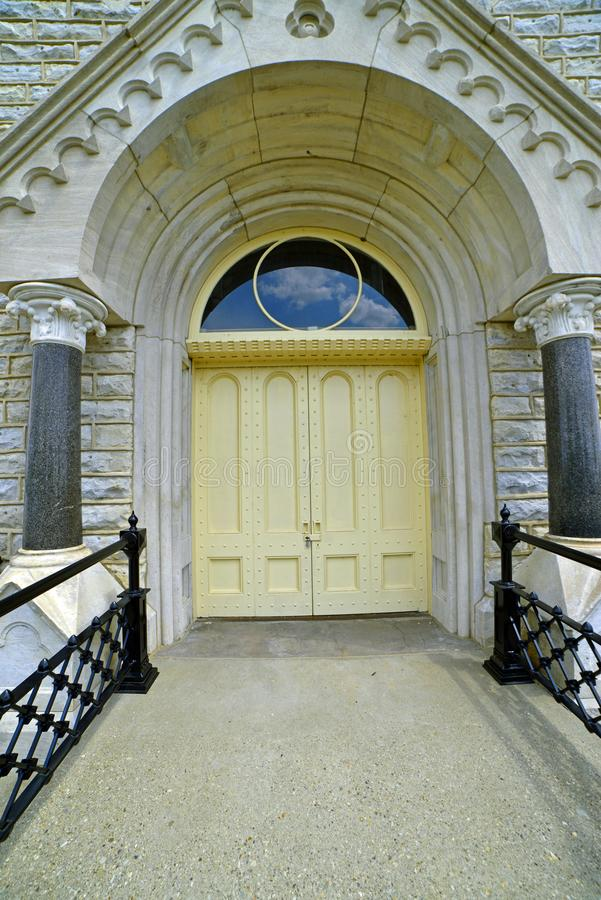Nahaufnahme der großen Tür am alten Wasserarbeitsgebäude lizenzfreie stockbilder