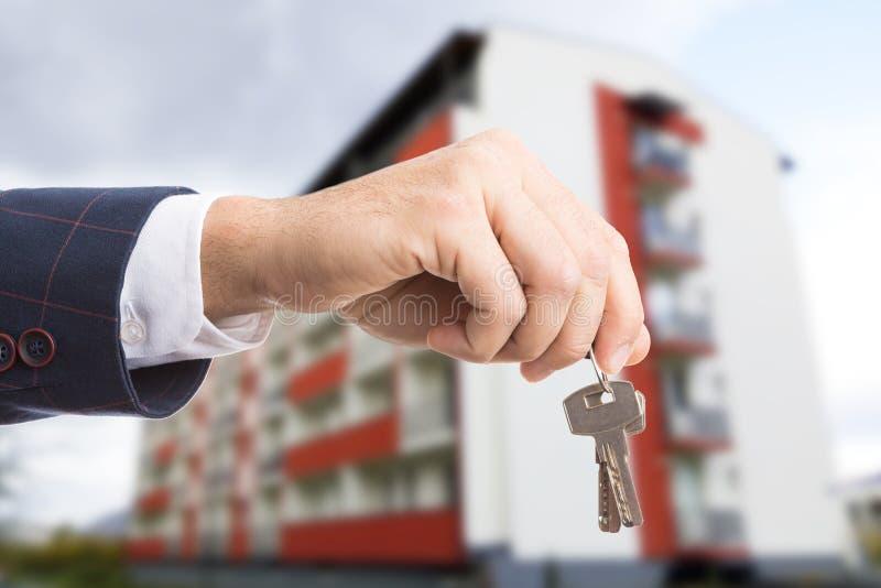 Nahaufnahme der Grundstücksmaklerhand Schlüssel halten lizenzfreies stockfoto