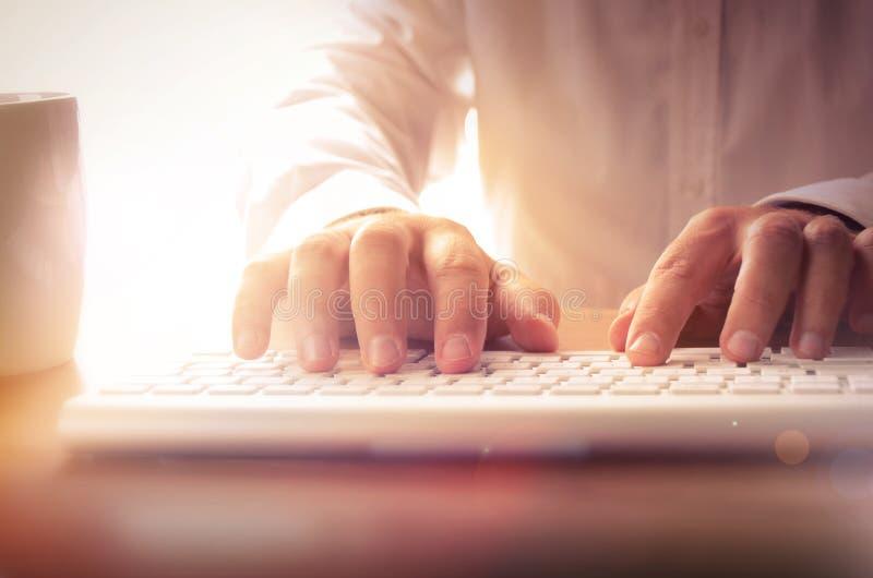 Nahaufnahme der Hände des Mannes, die auf Tastatur schreiben stockbilder