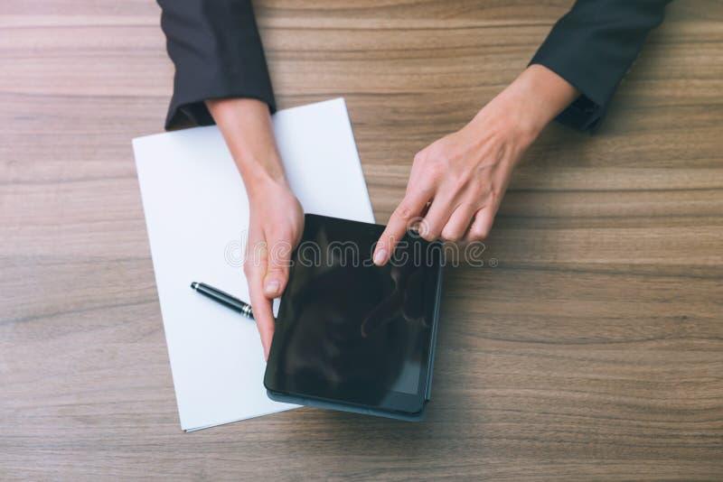 Nahaufnahme der Hände einer Geschäftsfrau beim Grasen in der Tablette und Suchen nach den wesentlichen Informationen Beschneidung stockbilder