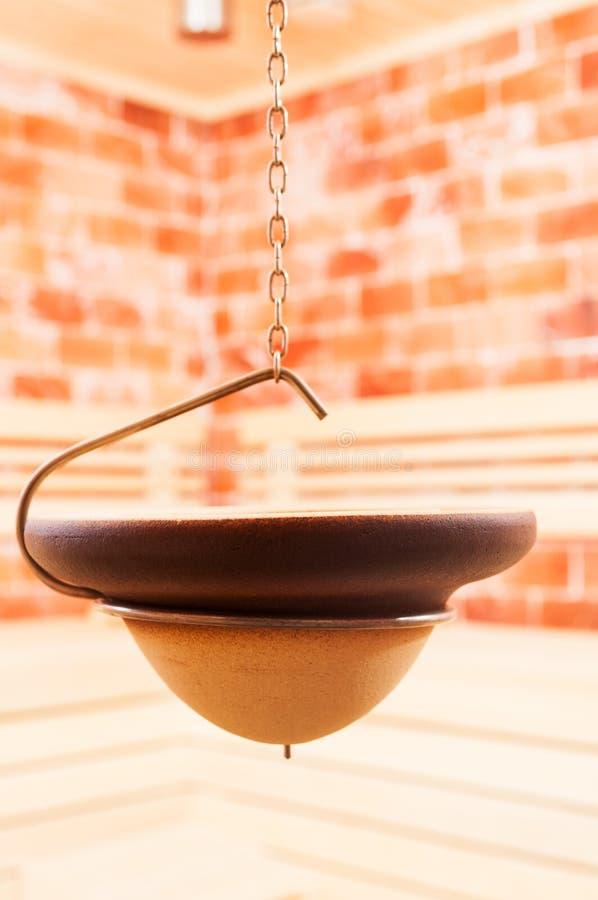 Nahaufnahme der hängenden Schüssel in der salzigen Sauna lizenzfreies stockfoto