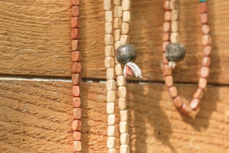 Nahaufnahme der hölzernen Halskette stockfoto