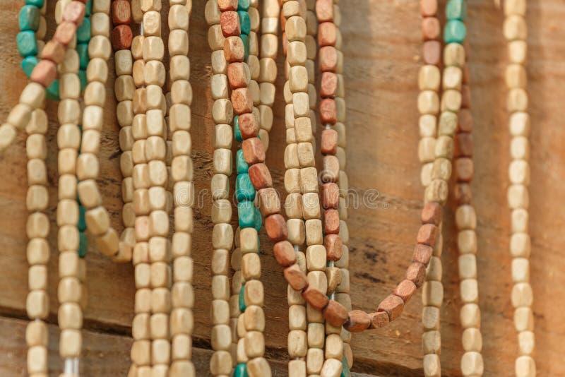 Nahaufnahme der hölzernen Halskette lizenzfreies stockbild