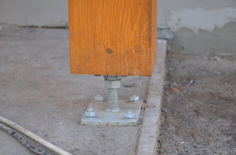 Nahaufnahme der hölzernen Säule oder der Spalte auf der Baustelle des neuen Hauses mit Schraube lizenzfreie stockfotos
