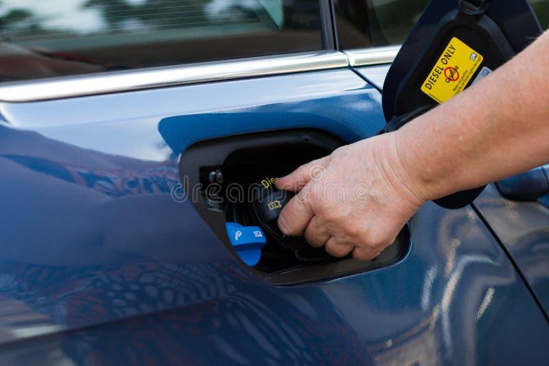 Nahaufnahme der Hand Dieselverschlussdeckel halten stockfotografie