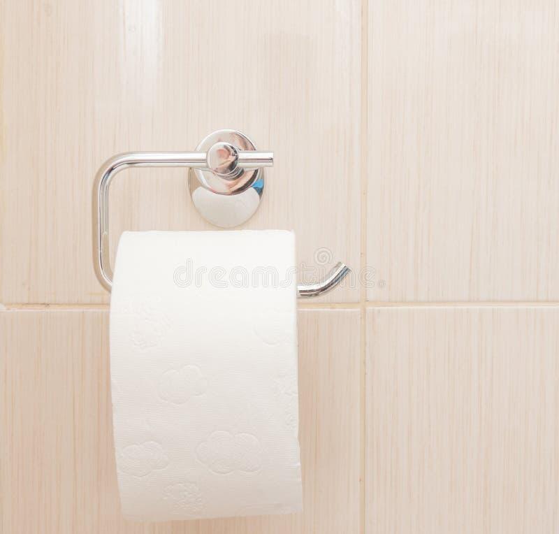 Nahaufnahme der Hand einer Person unter Verwendung des Toilettenpapiers stockfotos
