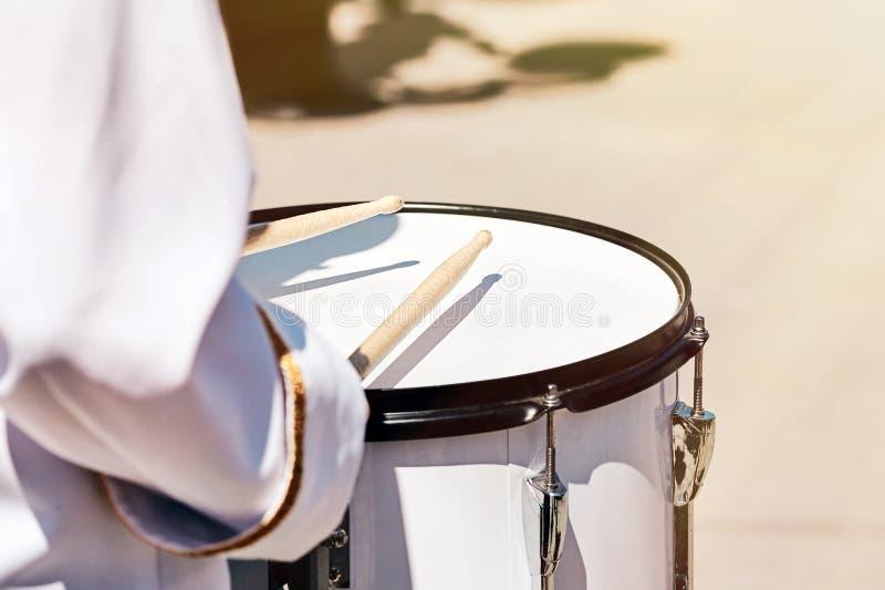 Nahaufnahme der Hand eines Schlagzeugers von einem Ensemble von Schlagzeugern stockfoto