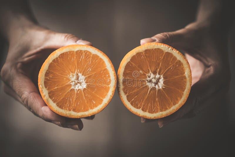 Nahaufnahme der Hand köstliche Orange halten stockfoto