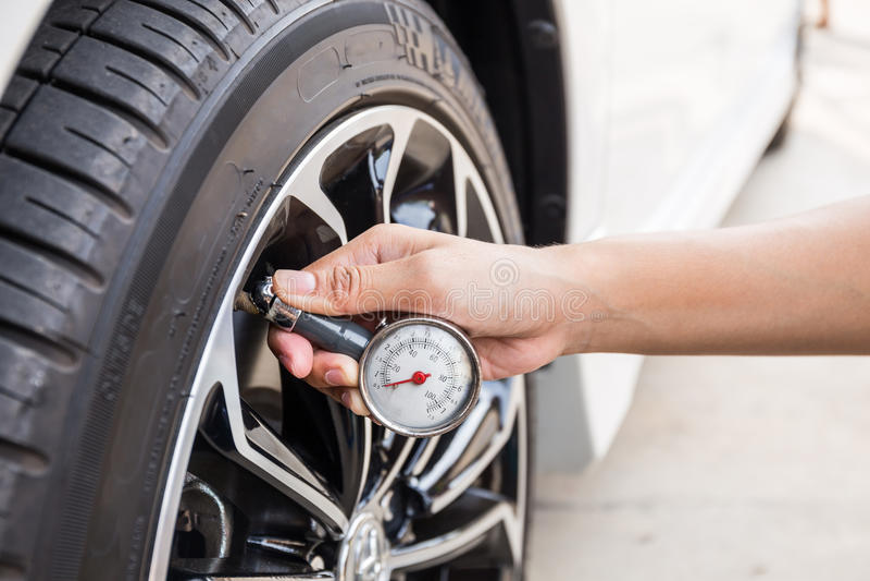Nahaufnahme der Hand Manometer für Autoreifen halten lizenzfreie stockbilder