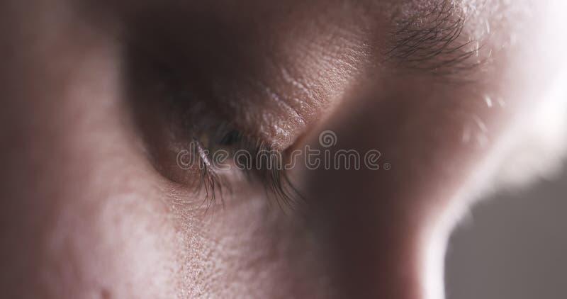 Nahaufnahme der Jugendlichen ohne das Make-up, das unten schaut und etwas tut stockfotografie