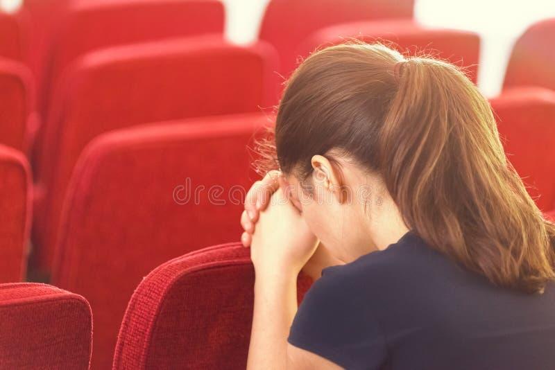 Nahaufnahme der jungen Frau betend lizenzfreies stockfoto