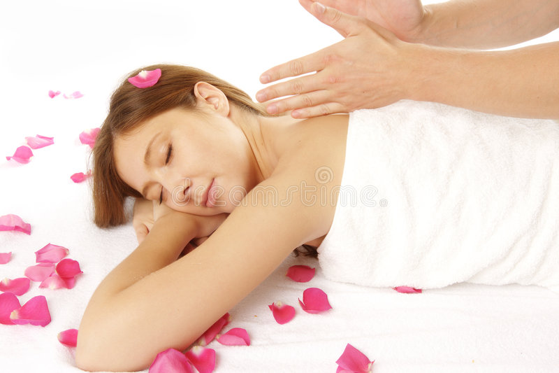 Nahaufnahme der jungen Frau Massage empfangend stockbild