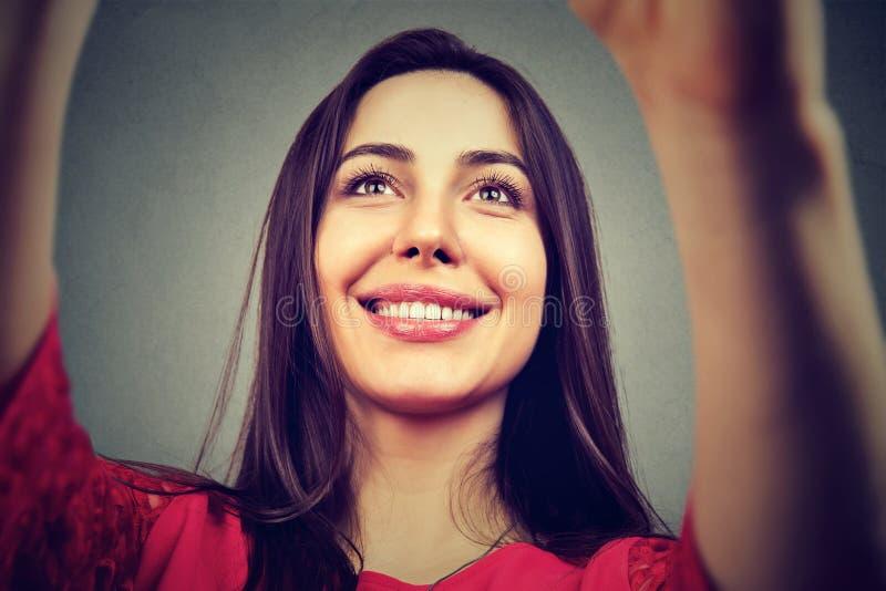 Nahaufnahme der jungen Frau selfie nehmend lizenzfreie stockbilder