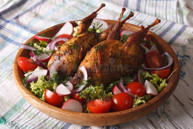 Nahaufnahme der köstlichen gebratenen Wachteln und des Frischgemüses horizontal lizenzfreies stockfoto