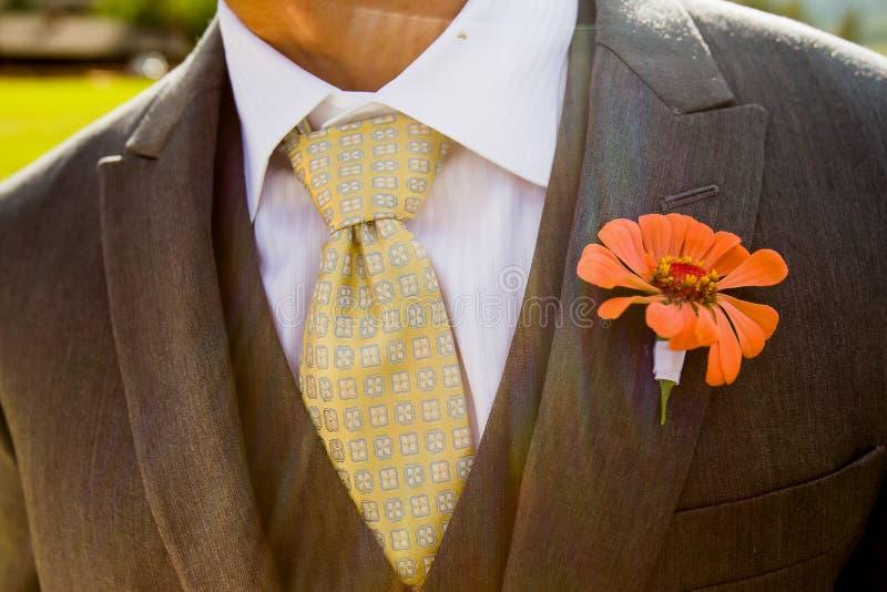 Nahaufnahme der Klage und des Boutonniere eines Bräutigams stockfotografie