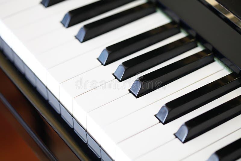 Nahaufnahme der Klaviertasten des schwarzen Klaviers lizenzfreies stockbild