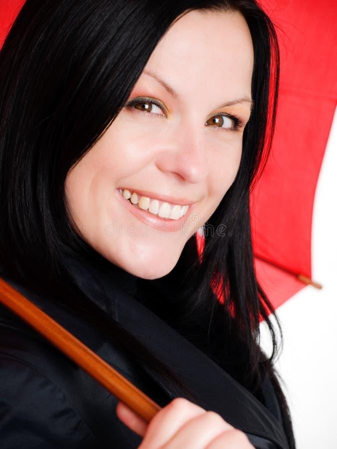 Nahaufnahme der lächelnden Frau in der Fallkleidung stockfotos