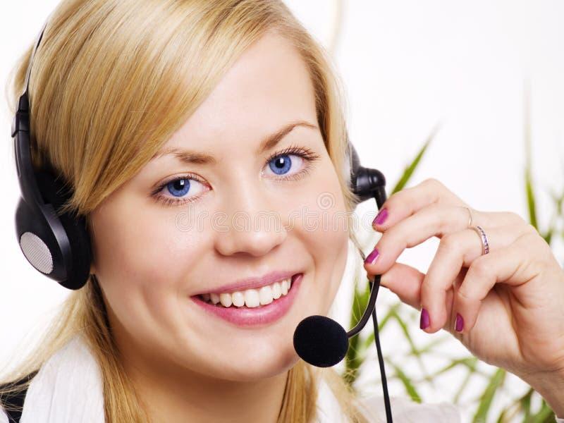 Nahaufnahme der lächelnden Frau mit Kopfhörer stockfotografie