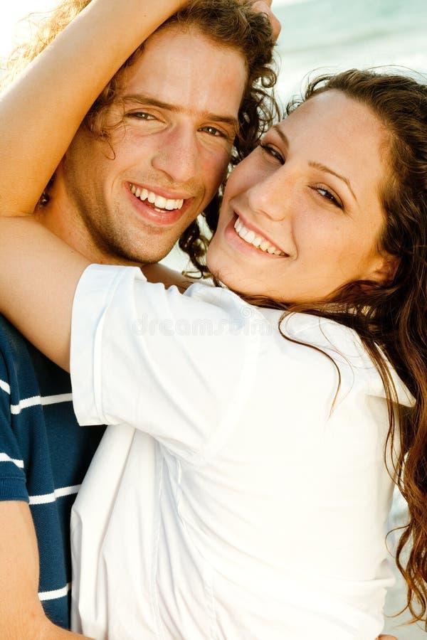 Nahaufnahme der lächelnden Paare stockfotografie