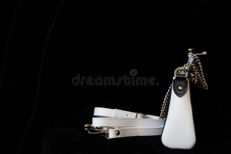 Nahaufnahme der Lederhandtasche, der immer klassischen Kombination, der Schwarzweiss-Farbe mit Bügel und der Kette, zurückhaltend lizenzfreies stockfoto
