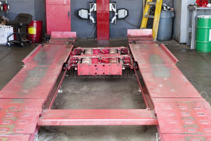 Nahaufnahme der leeren Hebemaschine, wenn Garage repariert wird lizenzfreies stockbild