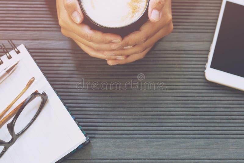Nahaufnahme der LeuteGeschäftsfrau sitzen GetränkKaffeetasse stockfotografie