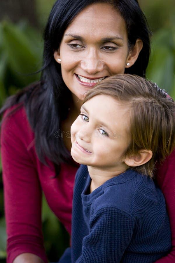 Nahaufnahme der liebevollen Mutter mit jungem Sohn lizenzfreie stockbilder