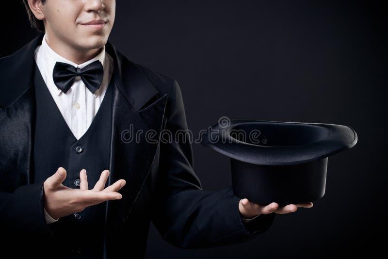 Nahaufnahme der Magiervertretungstricks mit Spitzenhut stockfoto