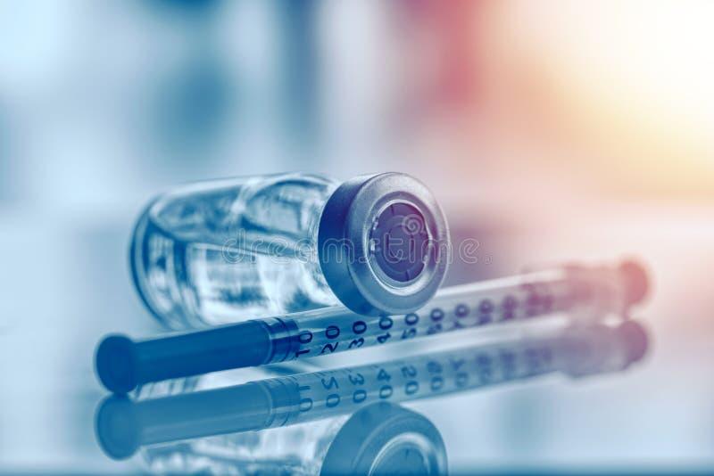 Nahaufnahme der Medizinphiole oder -grippe, der Masernimpfflasche mit Spritze und der Nadel für Immunisierung auf medizinischem H stockbild