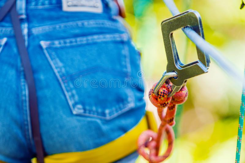 Nahaufnahme der Metallschützenden Befestigung für das extreme Klettern lizenzfreie stockfotografie