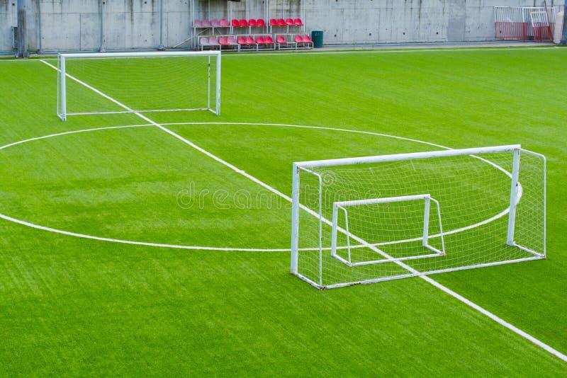 Nahaufnahme der Mittellinie des Fußballplatzes stockfotografie