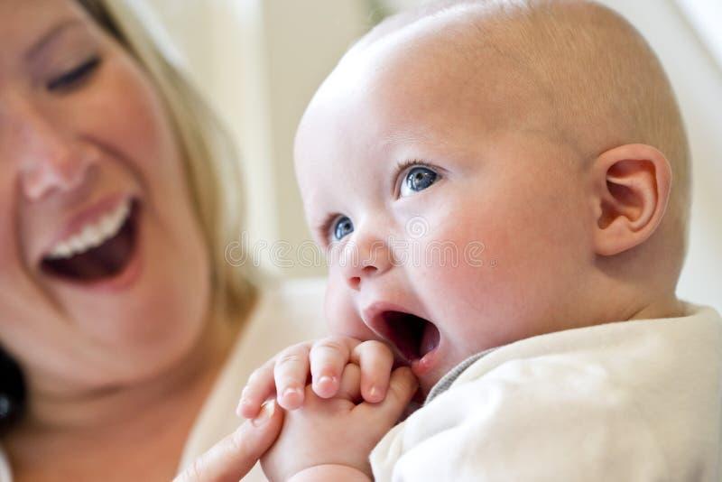 Nahaufnahme der Mutter siebenmonatliches altes Schätzchen anhalten lizenzfreies stockfoto