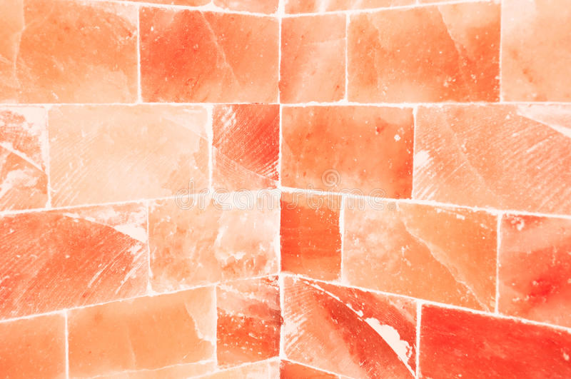 Nahaufnahme der orange salzigen Wand innerhalb des Saunaraumes lizenzfreies stockfoto