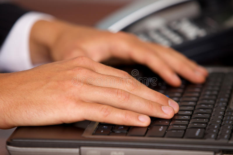 Nahaufnahme der Person, die Laptop verwendet stockbilder