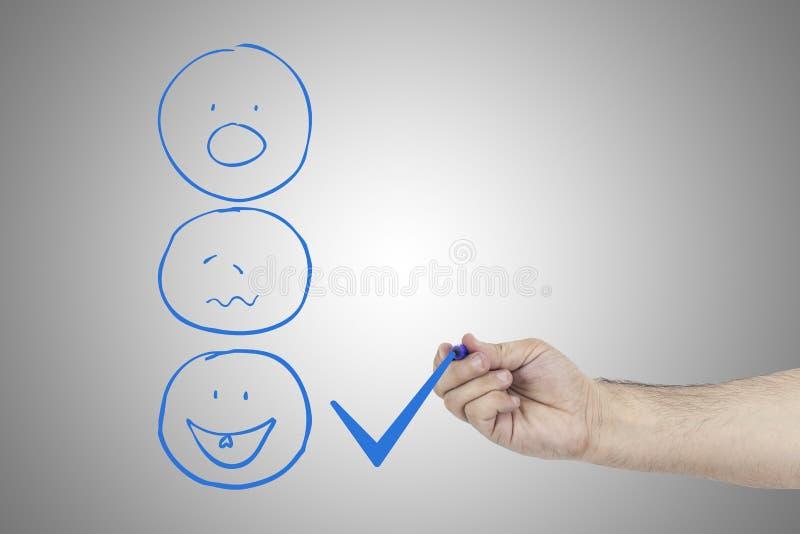Nahaufnahme der Person Zecke gelegt in ausgezeichneten Checkbox auf Kundendienst-Zufriedenheitsumfrageform lizenzfreie stockfotos