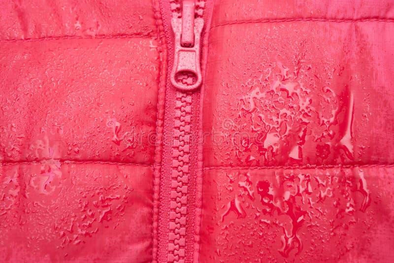 Nahaufnahme der roten Jacke mit Reißverschluss lizenzfreie stockfotos