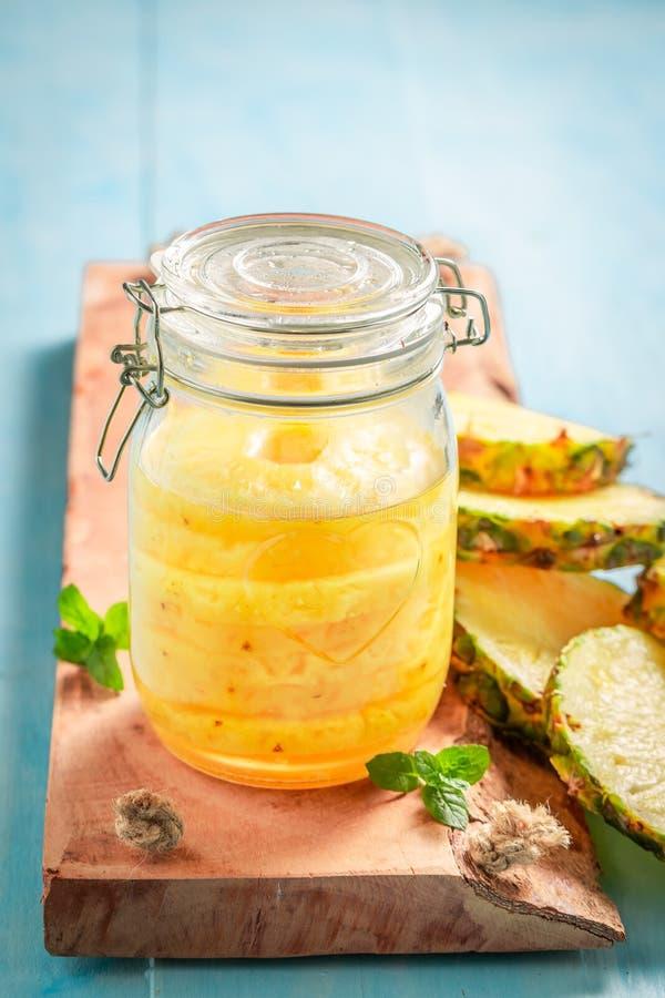Nahaufnahme der süßen in Büchsen konservierten Ananas mit Zucker und tadellosem Blatt stockfotos