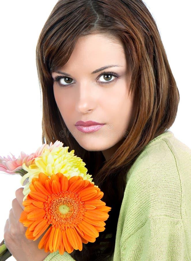Nahaufnahme der schönen Frau mit Blume lizenzfreies stockbild