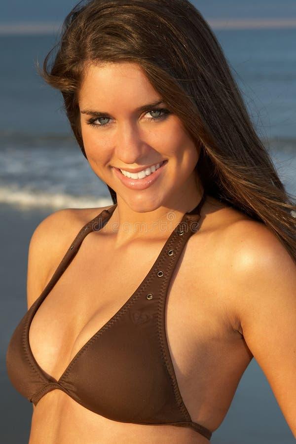 Nahaufnahme der schönen jungen Brunette-Frau im Brown-Bikini lizenzfreie stockfotos