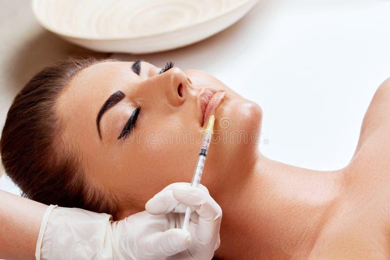 Nahaufnahme der Schönheit kosmetische Einspritzung von botox in den Lippen erhalten M?dchen im Sch?nheitssalon lizenzfreie stockbilder