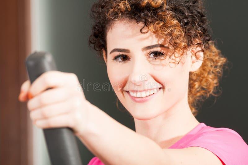 Nahaufnahme der Schönheit lächelnd und auf Stepper trainierend lizenzfreies stockbild