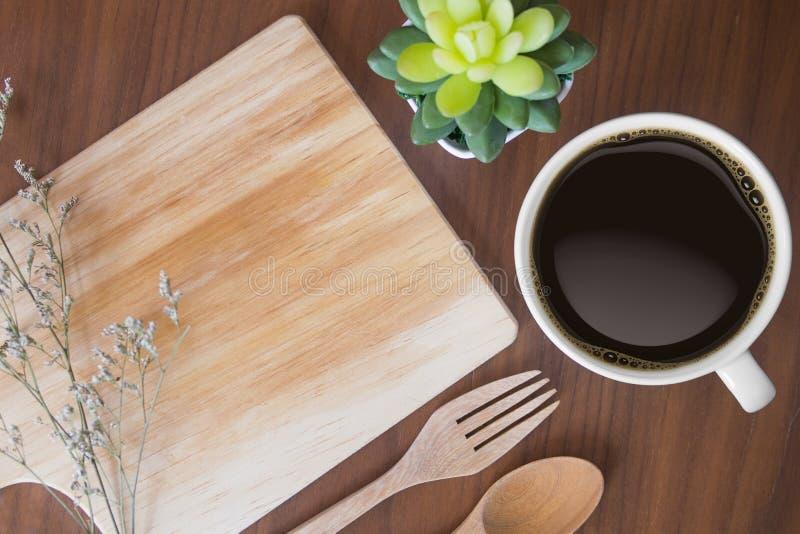 Nahaufnahme der Schale der Platte des schwarzen Kaffees und des Holzes auf einem Holztisch stockfotos