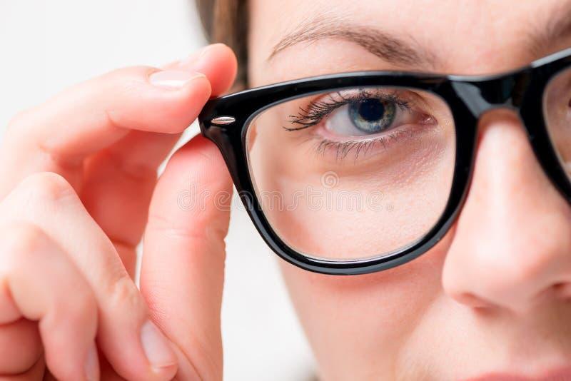 Nahaufnahme der schwarzen Sonnenbrille und der Augen lizenzfreie stockfotografie