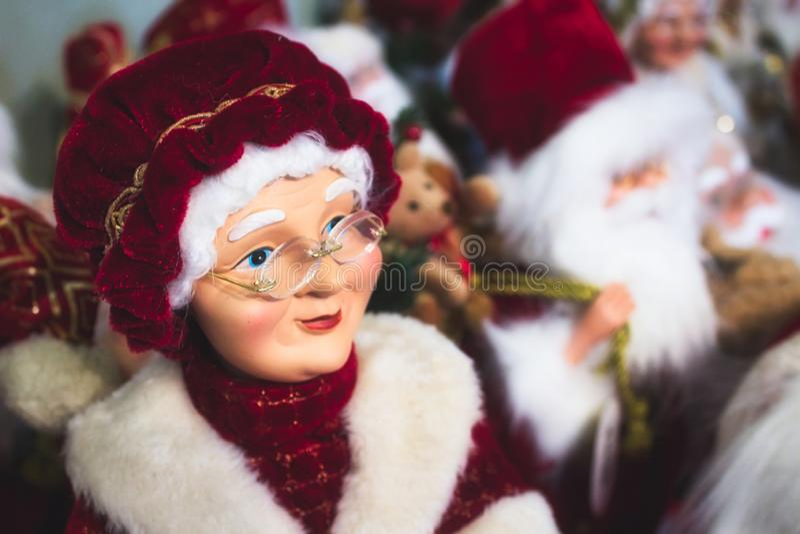 Nahaufnahme der Spielzeug-Puppe der Mutter Klausel, Ehefrau des Weihnachtsmanns stockbilder