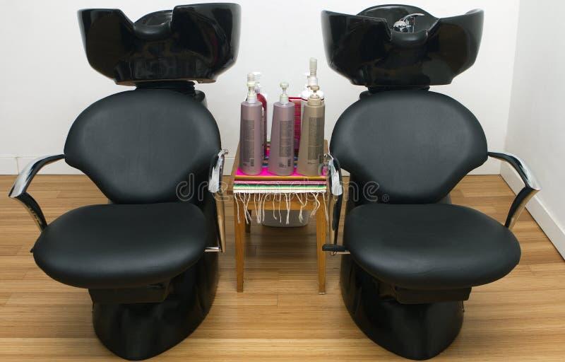 Friseursalon-Wannen und Stühle lizenzfreies stockfoto